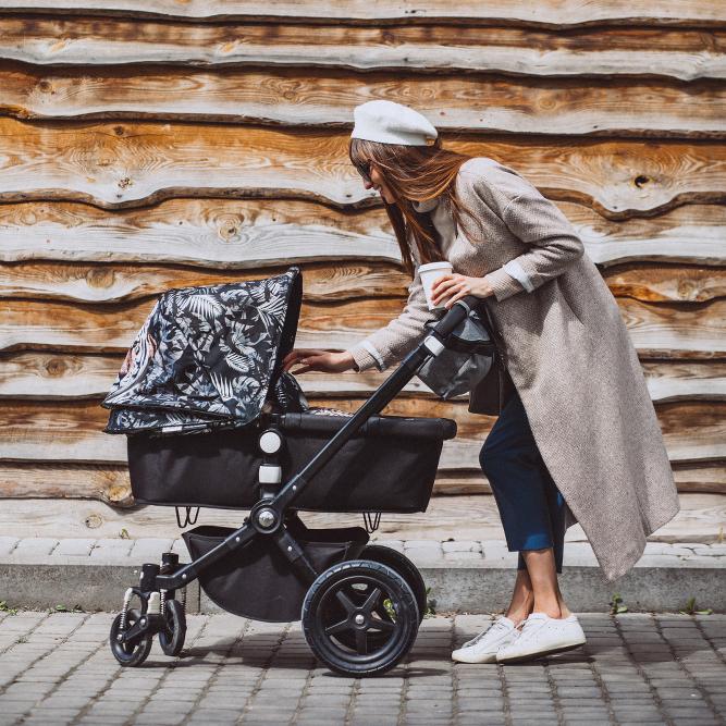 Junge-Mutter-Kinderwagen-Kind_1-1